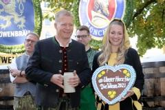 """Andreas Steinfatt und Viktoria Ostler, Mit einem symbolischen Anzapfen am Viktualienmarkt unter dem Motto """"Unser Herz für die Wiesn"""" läuteten die Münchner Brauereien zusammen mit den Wiesnwirten das 188. Oktoberfest 2021 ein,"""