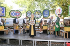 """Viktoria Ostler, Mit einem symbolischen Anzapfen am Viktualienmarkt unter dem Motto """"Unser Herz für die Wiesn"""" läuteten die Münchner Brauereien zusammen mit den Wiesnwirten das 188. Oktoberfest 2021 ein,"""