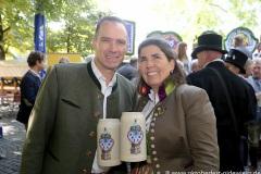 """Peter und Katharina Inselkammer, Mit einem symbolischen Anzapfen am Viktualienmarkt unter dem Motto """"Unser Herz für die Wiesn"""" läuteten die Münchner Brauereien zusammen mit den Wiesnwirten das 188. Oktoberfest 2021 ein,"""