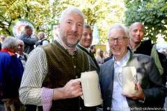 """Toni Winklhofer (re.), Mit einem symbolischen Anzapfen am Viktualienmarkt unter dem Motto """"Unser Herz für die Wiesn"""" läuteten die Münchner Brauereien zusammen mit den Wiesnwirten das 188. Oktoberfest 2021 ein,"""
