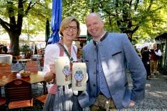 """Gerdi Reichert und Oliver Poeschel, Mit einem symbolischen Anzapfen am Viktualienmarkt unter dem Motto """"Unser Herz für die Wiesn"""" läuteten die Münchner Brauereien zusammen mit den Wiesnwirten das 188. Oktoberfest 2021 ein,"""