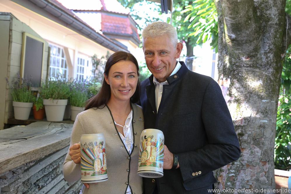Siegfried Able (re.), Oktoberfestwirte präsentieren den Wirtekrug am  Nockherberg in München 2019
