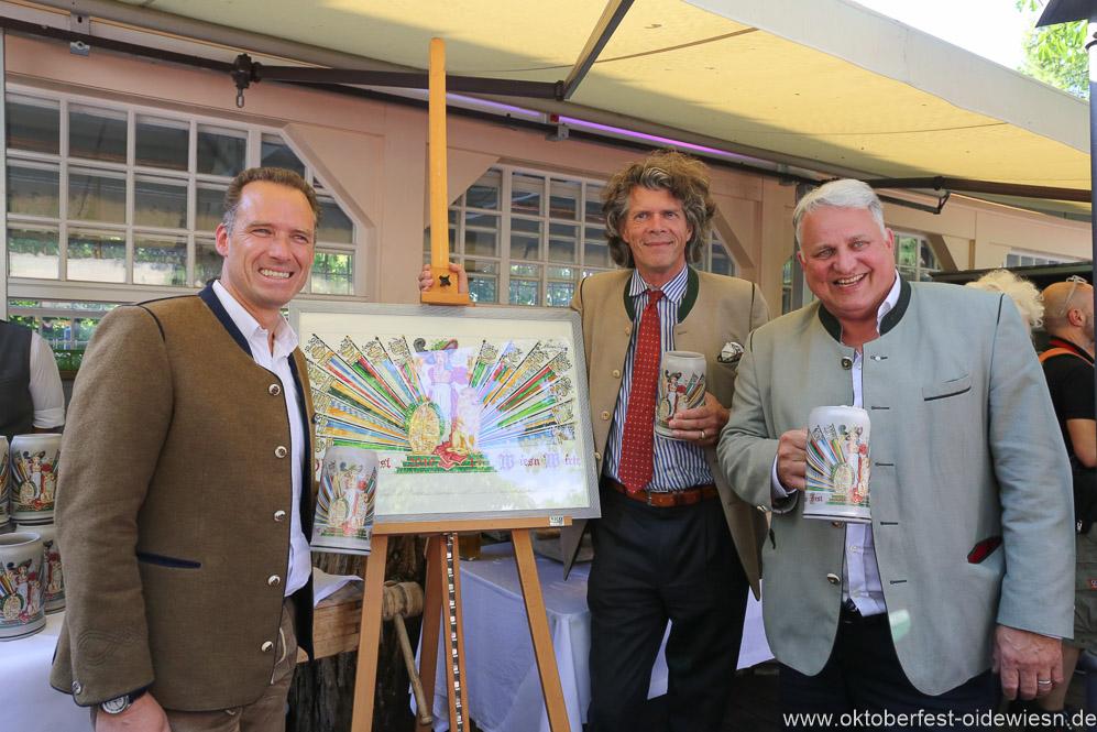 Peter Inselkammer, Maximilian Fliessbach, Christian Schottenhamel (von li. nach re.), Oktoberfestwirte präsentieren den Wirtekrug am  Nockherberg in München 2019