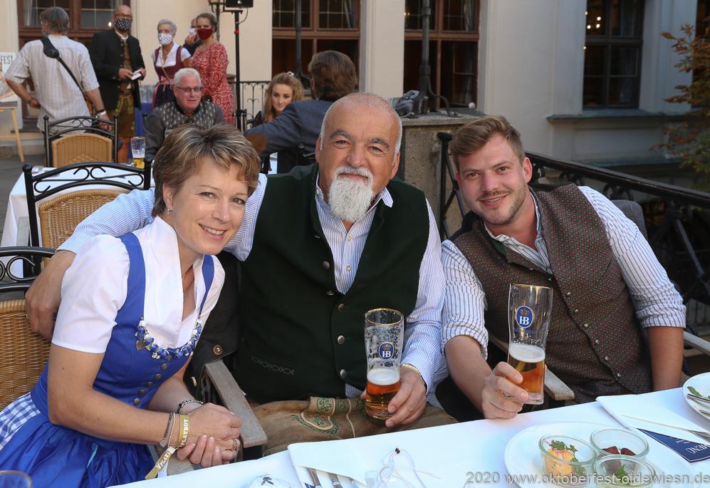 Irmgard Möller (li.),  Tony Demirel (Mitte), Angermaier Wiesn Playmate im Hofbräuhaus in München 2020