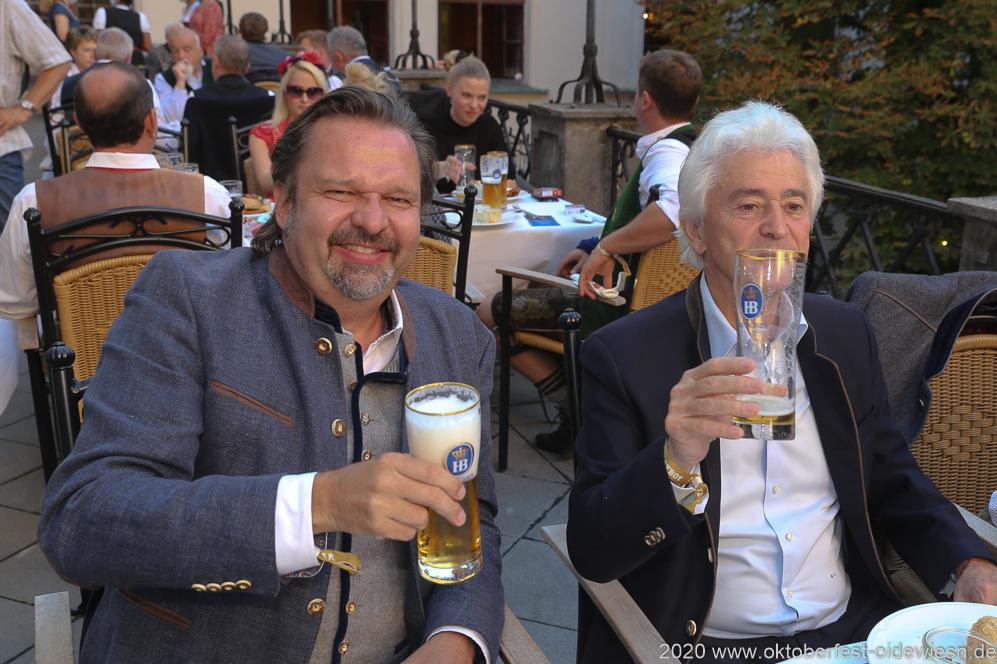Christian Lehner (li.), Angermaier Wiesn Playmate im Hofbräuhaus in München 2020