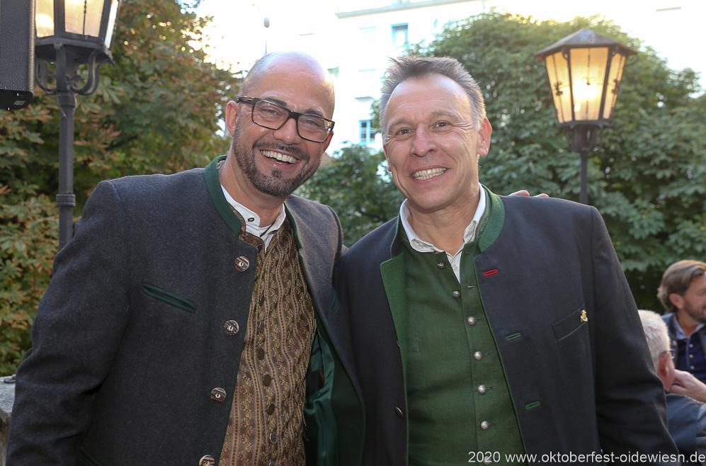 Stefan Hempl  und  Tobias Ranzinger (re.), Angermaier Wiesn Playmate im Hofbräuhaus in München 2020