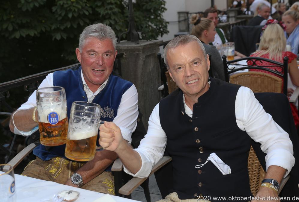 Gregot Lemke (re.), Angermaier Wiesn Playmate im Hofbräuhaus in München 2020