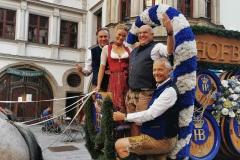 Florian Boitin, Natascha Hofmann, Dr. Axel Munz, Dr, Michael Möller (von re. nach li.), Angermaier Wiesn Playmate im Hofbräuhaus in München 2020