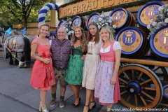 Julia Römmeltl (Playmate des Jahres 2021), Dr. Axel Munz, Vanessa Teske (Wiesn Playmate 2021), Stella Stegmann (Wiesn Playmate 2019), Nima Munz (von li. nach re.), Wiesn Playmate im Park-Cafe in München 2021