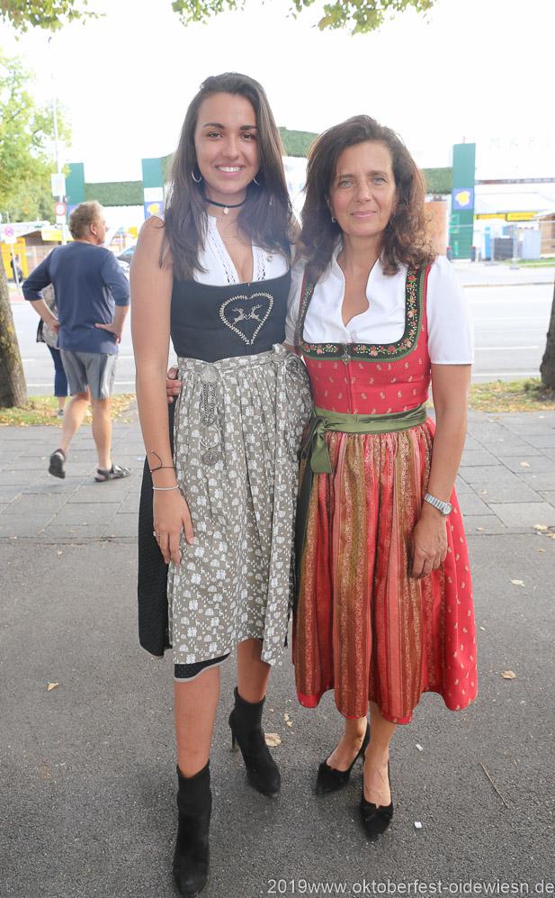 Ramona Pongratz und Arabella Schörghuber (re.), Wiesnbierprobe im Bad am Bavariaring  in München .2019