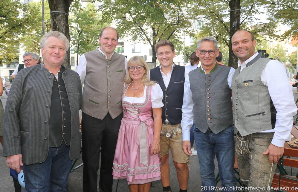 Thomas Roiderer (2. von li.), Gabriele Neff (3. von li.), Josef Able (2. von re.), Wiesnbierprobe im Bad am Bavariaring  in München .2019
