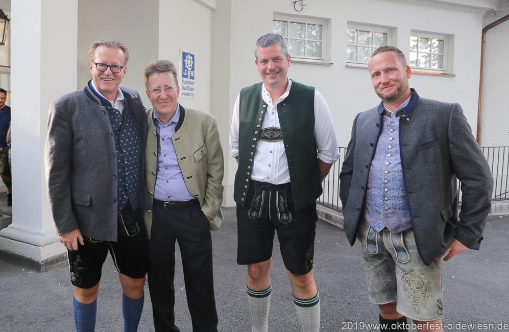 Martin Leibhard (li.), Werner Vollmer (2. von li.), Wiesnbierprobe im Bad am Bavariaring  in München .2019