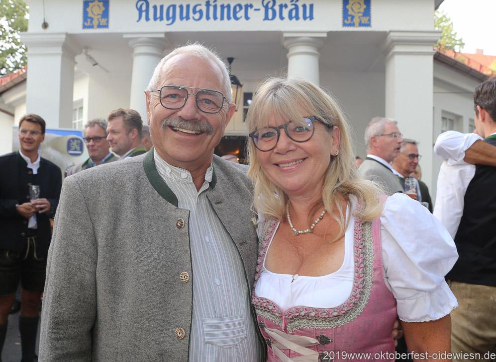 Otto Seidl und Gabriele Neff, Wiesnbierprobe im Bad am Bavariaring  in München .2019