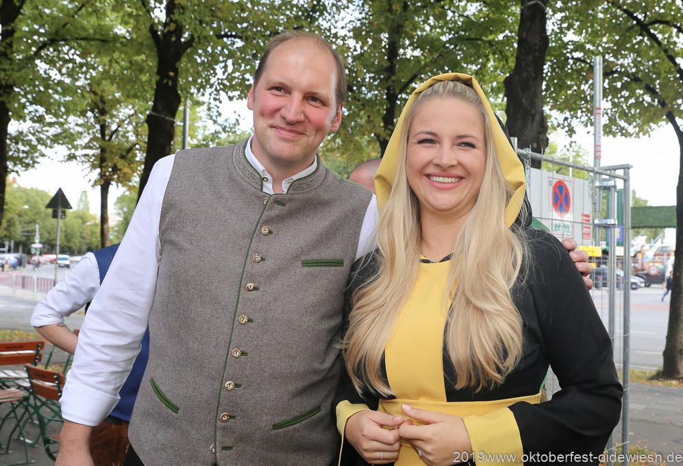 Thomas Roiderer und Viktoria Ostler, Wiesnbierprobe im Bad am Bavariaring  in München .2019