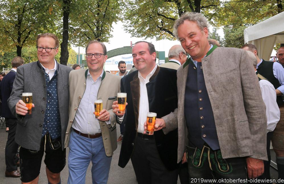 Martin Leibhard, Manuel Pretzl, Clemens Baumgärtner, Werner Mayer (von li. nach re.), Wiesnbierprobe im Bad am Bavariaring  in München .2019