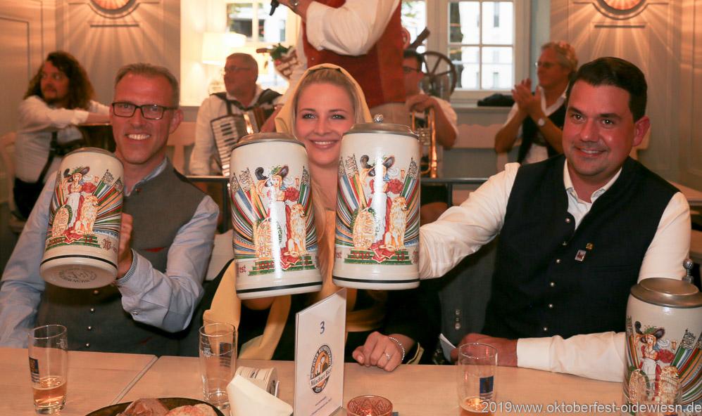 Christian Dahnke, Viktoria Ostler,  Bernd Käußel (von li. nach re.), Wiesnbierprobe im Bad am Bavariaring  in München .2019