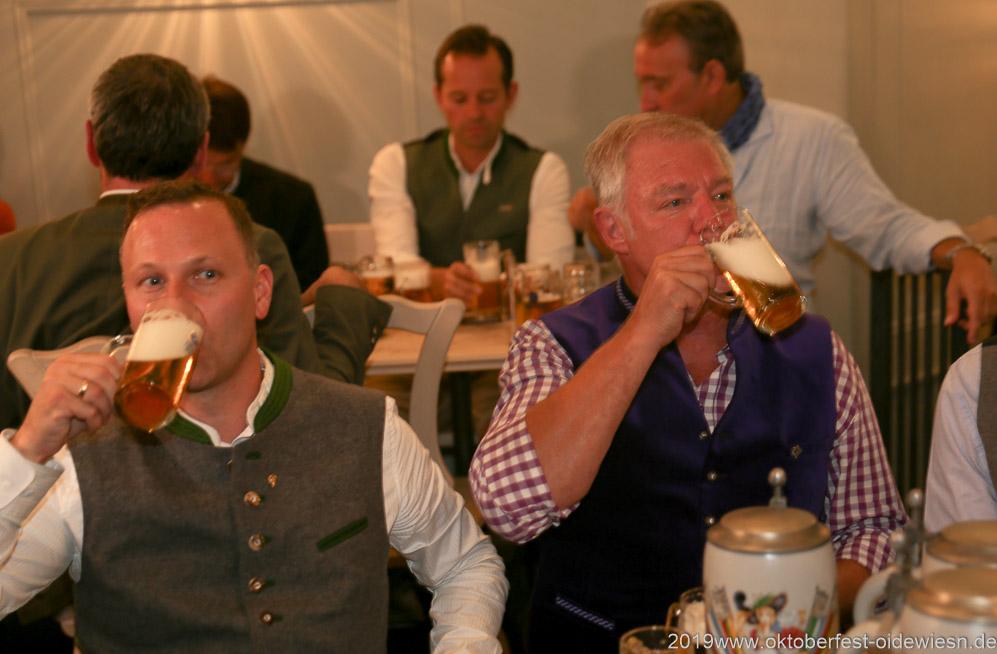 Andreas Brunner und Rolf Dummert (re.), Wiesnbierprobe im Bad am Bavariaring  in München .2019