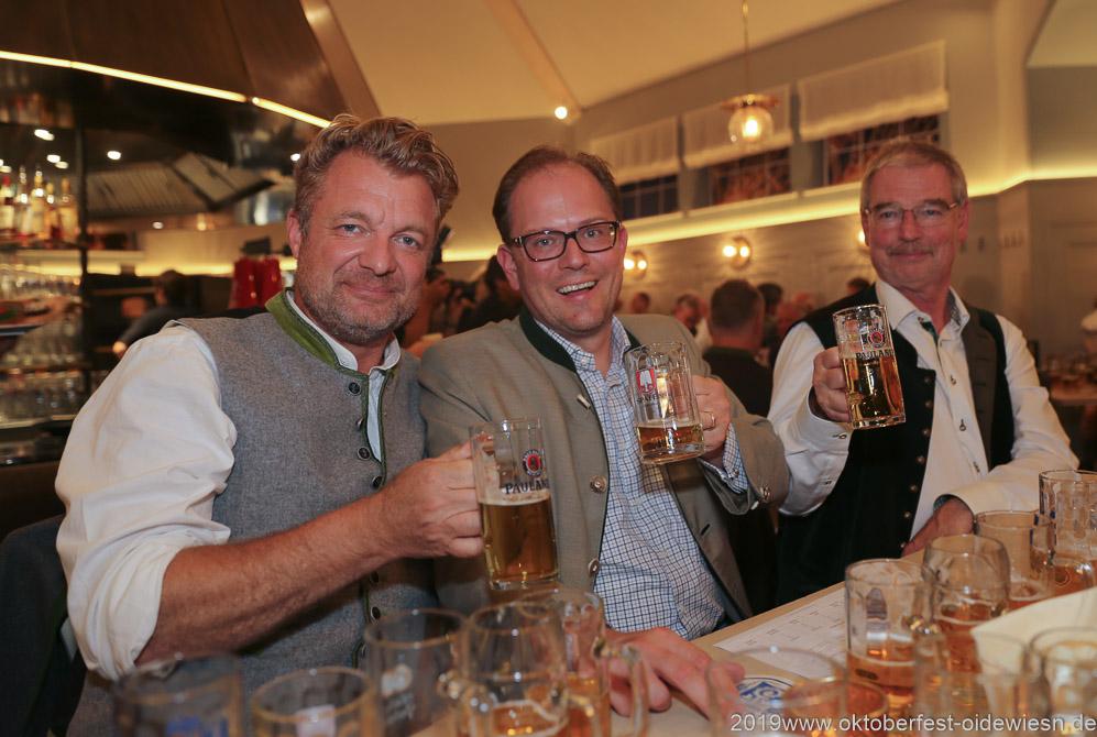 Manuel Pretzl (Mitte), Alexander Reissl (re.), Wiesnbierprobe im Bad am Bavariaring  in München .2019