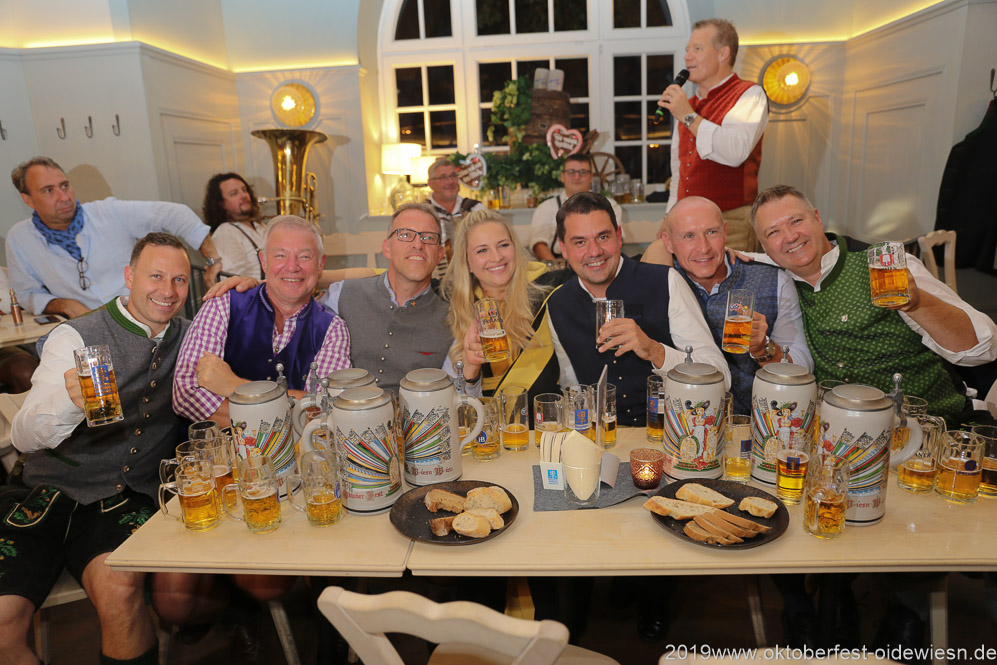 Andreas Brunner, Rolf Dummert,  Christian Dahnke,  Veronika Ostler, Bernd Käußel, Rainer Kansy, Harald Stückle (von li. nach re.), Wiesnbierprobe im Bad am Bavariaring  in München .2019