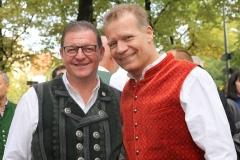 Bernhard Klier und Andreas Steinfatt 8re.), Wiesnbierprobe im Bad am Bavariaring  in München .2019