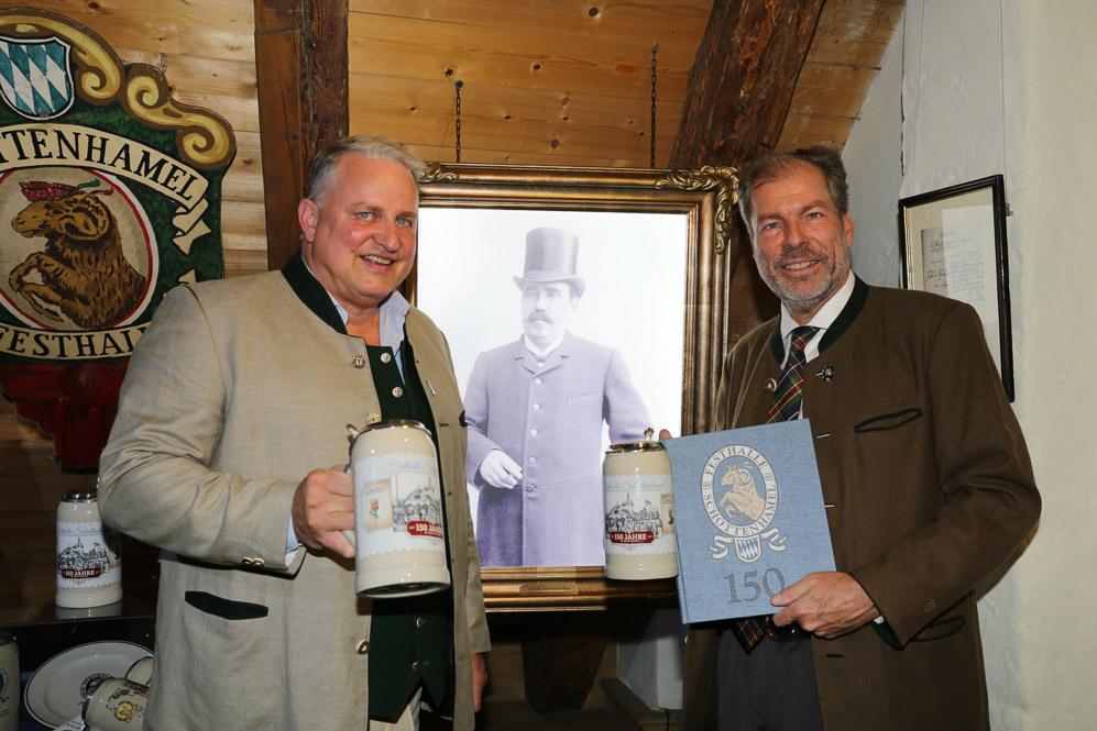 Wiesnwirte Christian und Michael IV. Schottenhamel präsentieren de den Jubiläumskrug und die Familienchronik im Oktoberfestmuseum in München