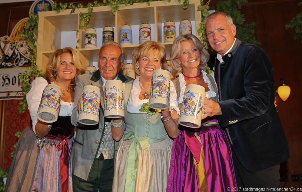 Silja Schrank-Steinberg, Günter Steinberg, Margot Steinberg, Monica Höflinger, Ricky Steinberg (von li. nach re,), Vorstellung Oktoberfest Hofbräu Krug im Hofbräukeller in München 2017