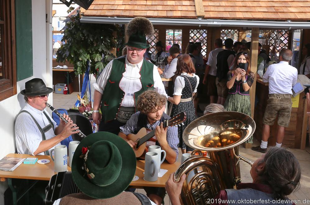 7. Tag in der Schönheitskönigin: Ein US-bayerischer Tenor aus New York unterhält den Biergarten