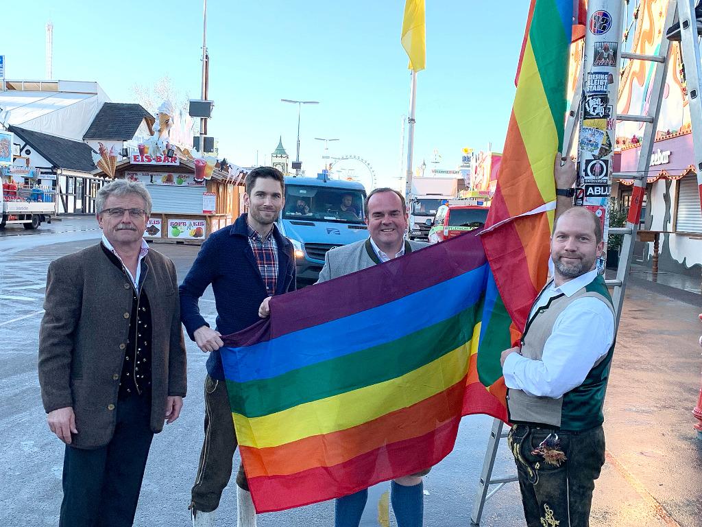 Nach homophoben Angriff auf Schwule auf dem Oktoberfest: Regenbogen-Fahnen wehen am Eingang