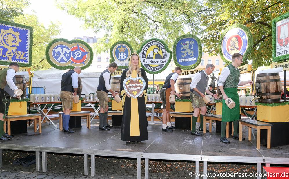 Unser Herz für die Wiesn 2021: Münchner Brauer zapfen am Viktualienmarkt symbolisch an