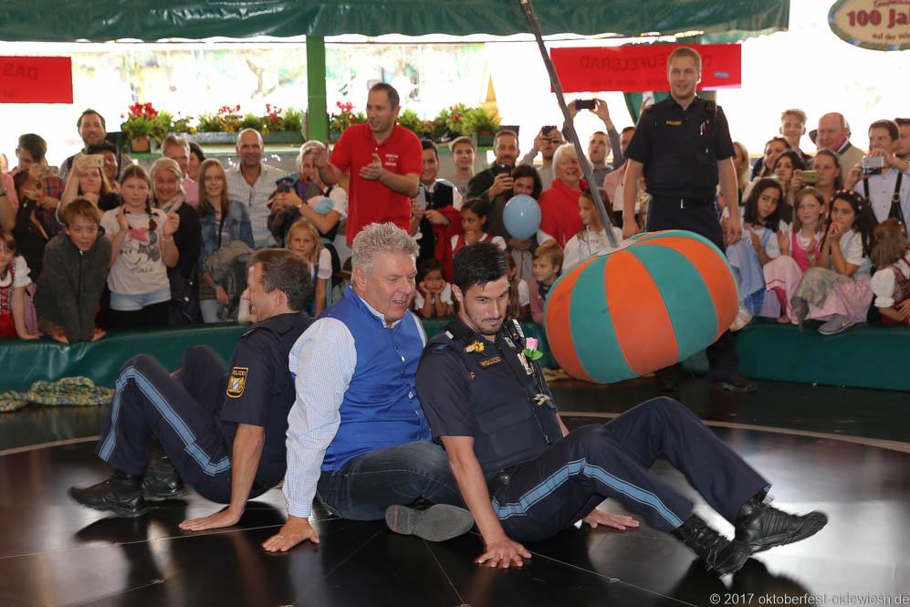 Fotostrecke: Oberbürgermeister Dieter Reiter mit Polizisten auf dem Teufelsrad