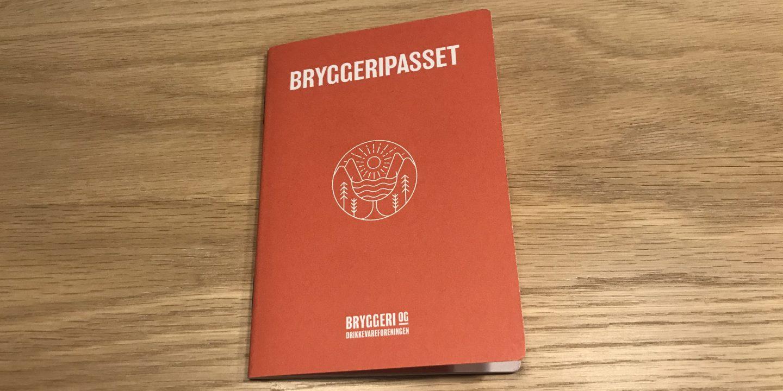 Bryggeripasset ligger på et bord. Ser ut som et pass.