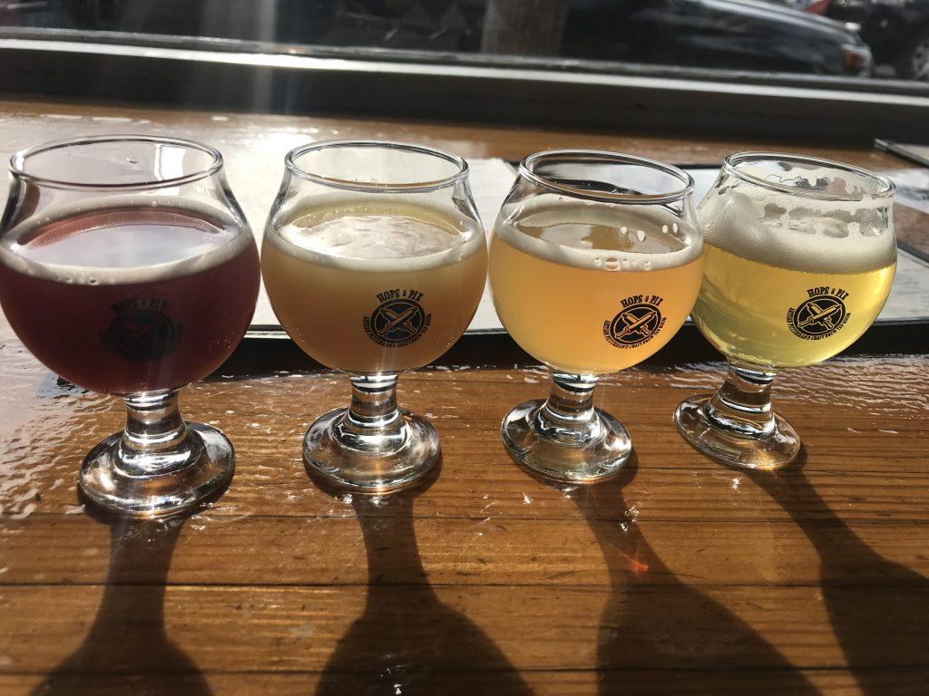 Bilde av fire glass med fire ulike øl. Ølene har ulik farge, og går fra mørk brun til gyllen.