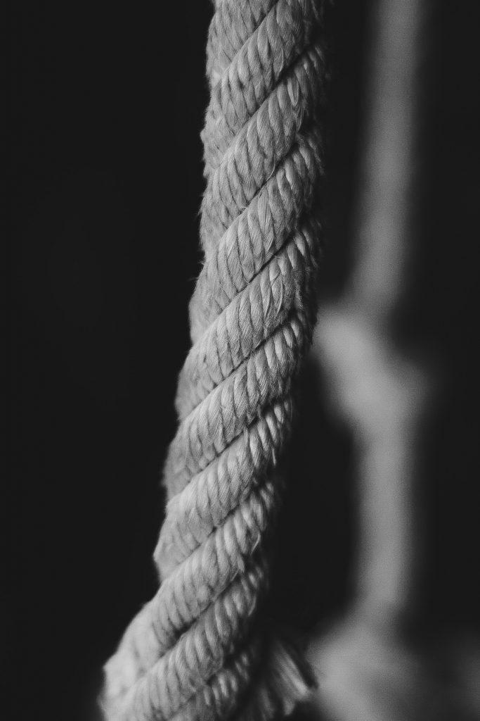 Del av et flettet tau i svart-hvitt.