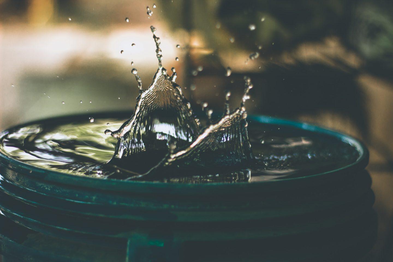 Vann som plasker i en tønne.