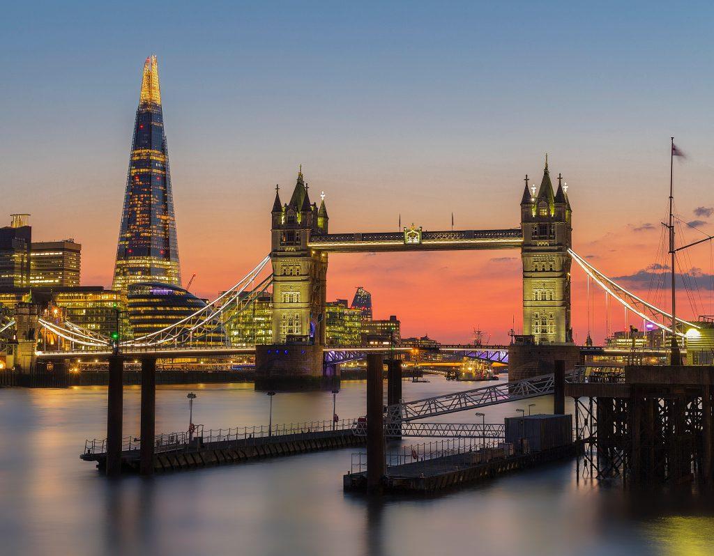 Bilde av London Bridge i solnedgang.