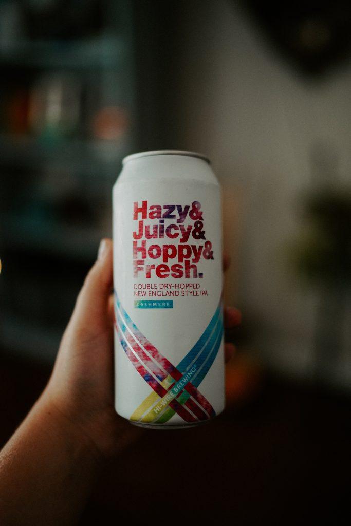 En boks med et øl med teksten Hazy & Juicy & Fresh New England IPA