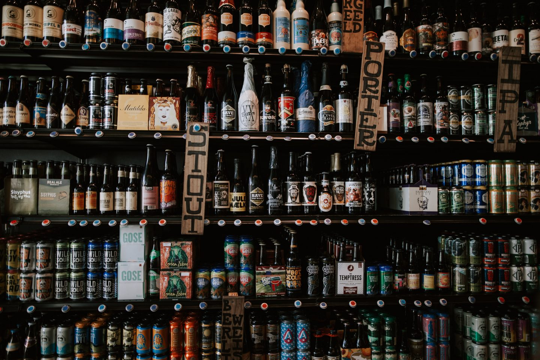 Bilde av en butikkhylle med øl i alle ølstiler.