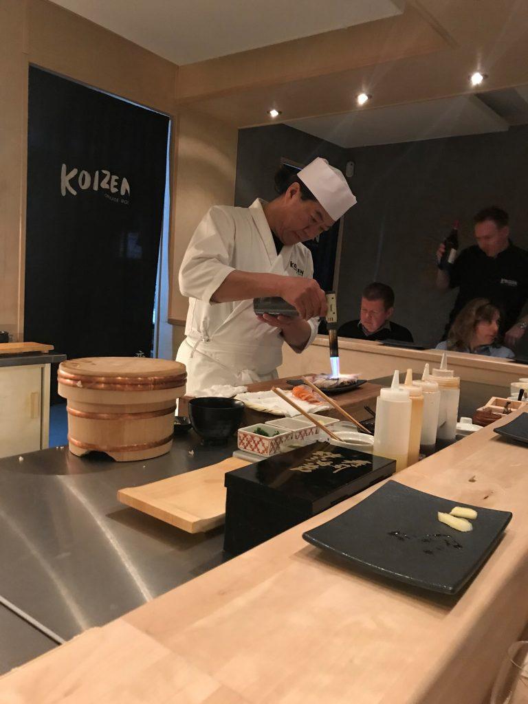 Bilde fra Koizen i Göteborg. Kokken flamberer mat.