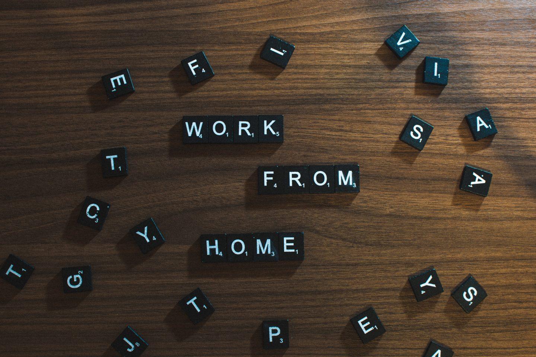 Ordene Work From Home skrevet med bokstaver fra scabble.