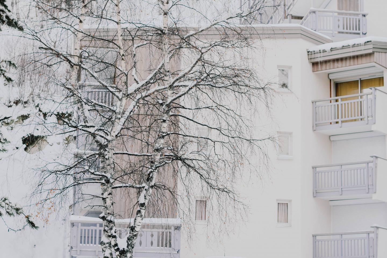 Bilde av en blokk med veranda på vinteren.