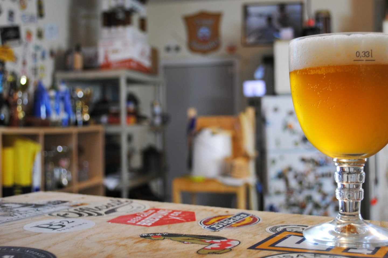 En pub med et stettglass med øl ytterst