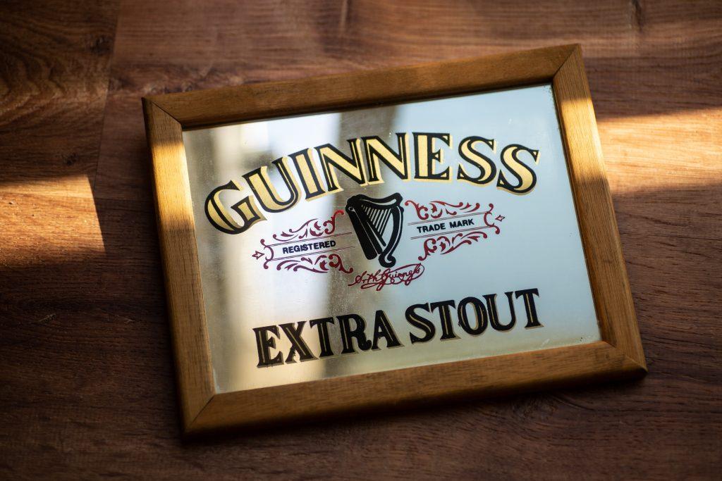 Et skilt med teksten Guinness Extra Stout og logoen.