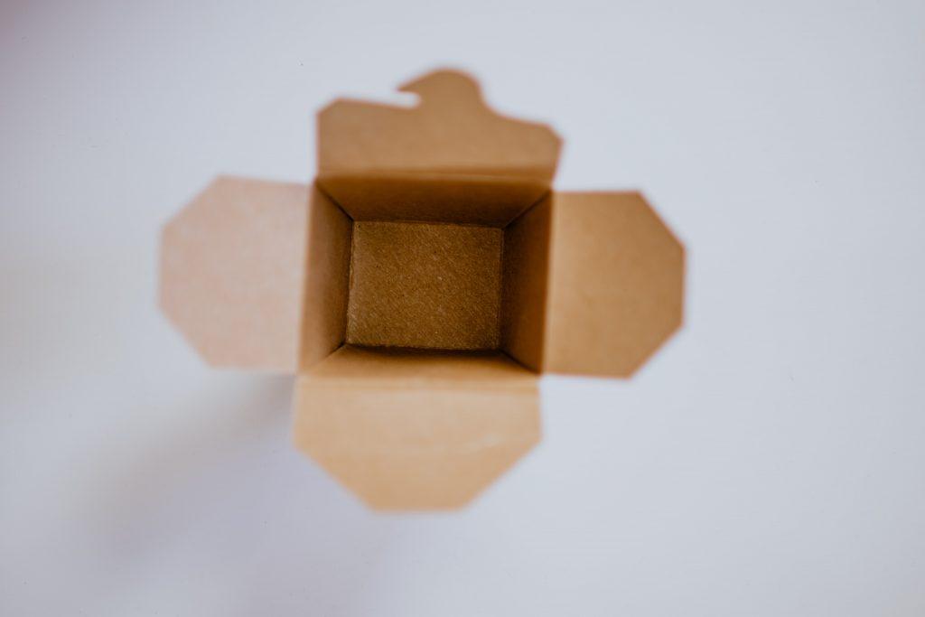 Bilde av en pappeske som er åpen sett ovenfra.