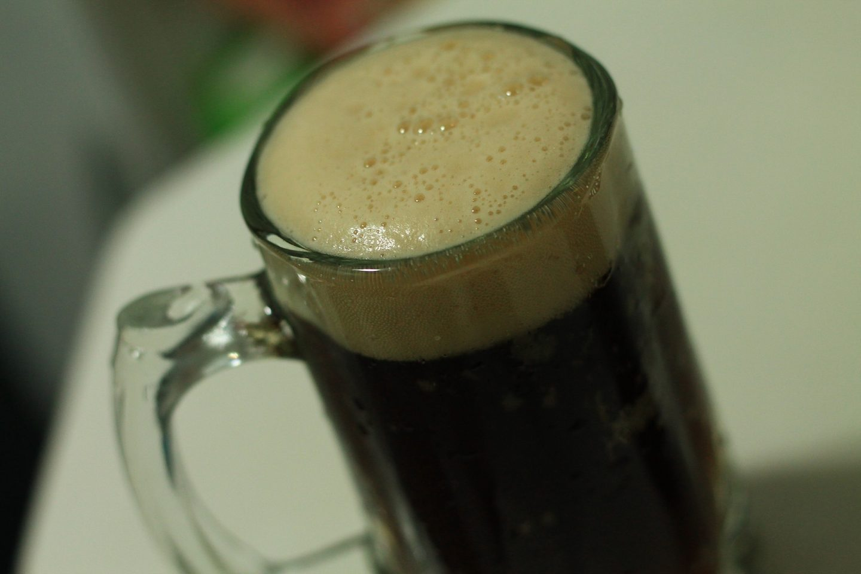 Et glass med et svart øl sett ovenfra.