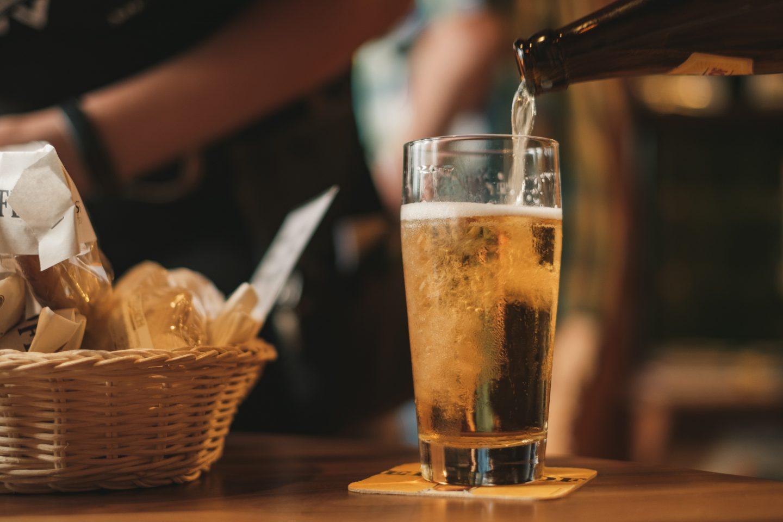 Bilde av et lyst øl som blir fylt i et glass.