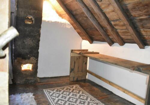 eerste blik op de verdieping; de slaapkamer met ruimte voor je spullen op de oude deur