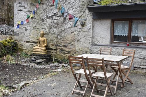 buiten eten bij de Buddha