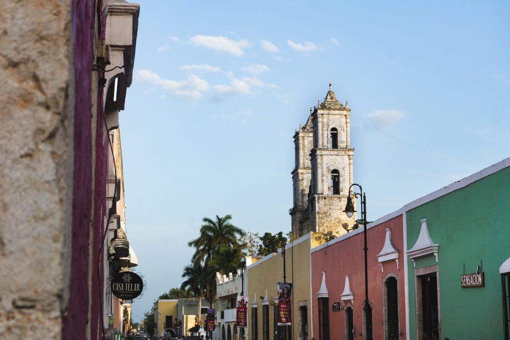 L'architecture et les belles couleurs de la ville de Valladolid - Yucatán