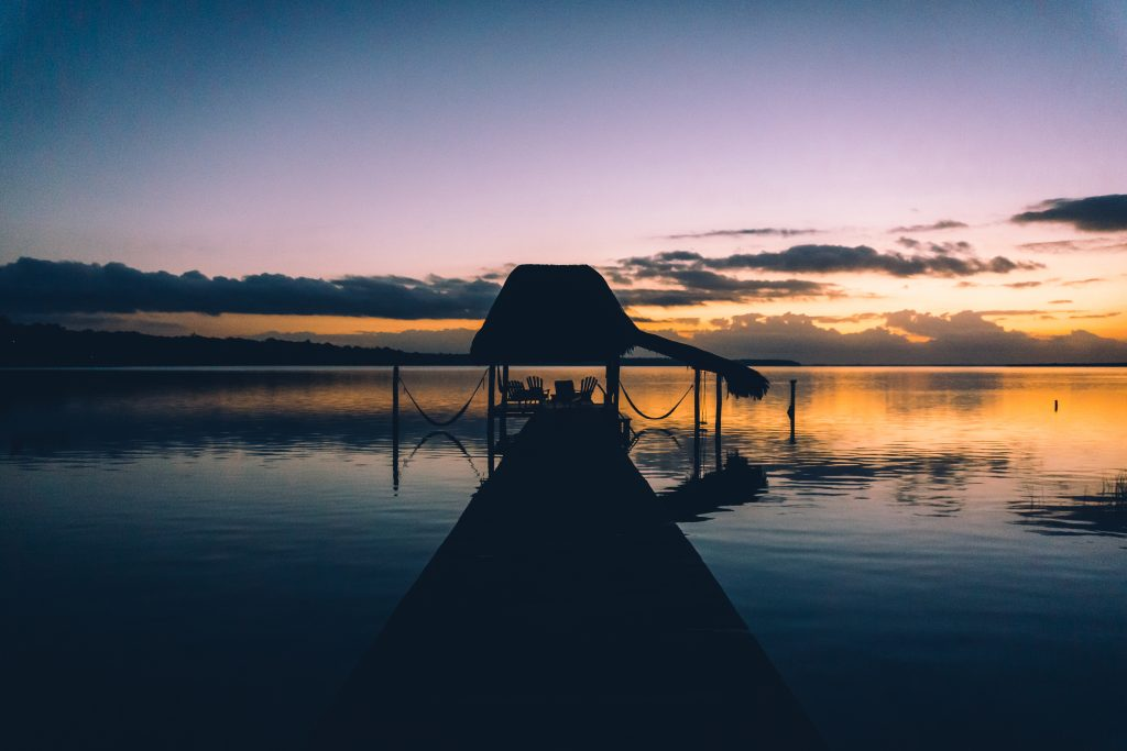 Premières lumières du jour au dessus de la lagune de Bacalar - Yucatán - One Second Journal