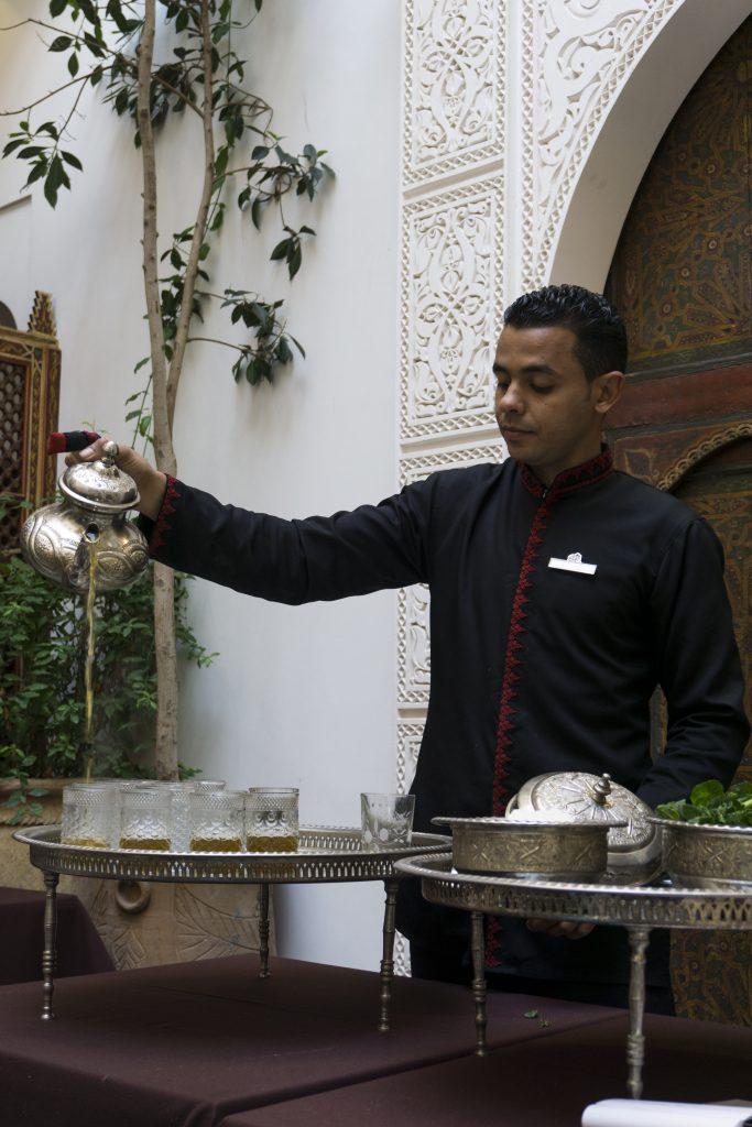 Dégustation thé à la menthe - Maison Arabe - les incontournables lors d'un séjour à Marrakech